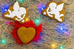 Καρδιά φιαγμένη από μπισκότα πιπεροριζών Άγγελοι Cupids Πολύχρωμη γιρλάντα Επίπεδος βάλτε Στοκ Εικόνες