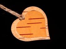 Καρδιά φιαγμένη από φλοιό σημύδων σε ένα μαύρο υπόβαθρο Χειρωνακτική εργασία στο σχέδιο Στοκ Εικόνες