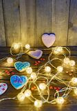 Καρδιές γιρλαντών και μελοψωμάτων στοκ εικόνες με δικαίωμα ελεύθερης χρήσης