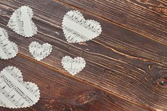 Καρδιές εγγράφου με τις μουσικές νότες για το ξύλο Στοκ φωτογραφίες με δικαίωμα ελεύθερης χρήσης