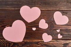 Καρδιές εγγράφου στο καφετί ξύλινο υπόβαθρο Στοκ φωτογραφία με δικαίωμα ελεύθερης χρήσης