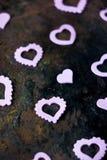Καρδιές ημέρας βαλεντίνων ` s στην αγροτική επιφάνεια μετάλλων Στοκ Εικόνες
