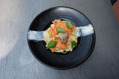 Καρδιές κοτόπουλου με τα καρότα στη γλυκόπικρη σάλτσα με τα ζυμαρικά ρυζιού Τοπ όψη Επίπεδος βάλτε στοκ φωτογραφίες