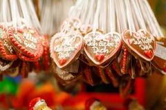 Καρδιές μελοψωμάτων στην αγορά Χριστουγέννων του Βερολίνου Στοκ Εικόνες