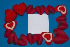 Καρδιές με ένα συγχαρητήριο κομμάτι χαρτί Στοκ Φωτογραφίες