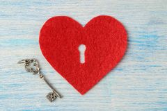 Καρδιές με μια κλειδαρότρυπα και ένα κλειδί στο μπλε ξύλινο υπόβαθρο επάνω από την όψη βαλεντίνος ημέρας s στοκ φωτογραφία με δικαίωμα ελεύθερης χρήσης