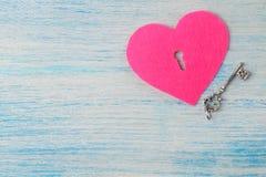 Καρδιές με μια κλειδαρότρυπα και ένα κλειδί στο μπλε ξύλινο υπόβαθρο επάνω από την όψη βαλεντίνος ημέρας s Διάστημα για το κείμεν στοκ εικόνες