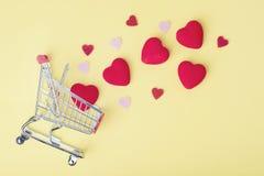 Καρδιές με το κάρρο αγορών στοκ εικόνες