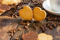 Καρδιές μπισκότων με την αγάπη λέξης στο υπόβαθρο φασολιών Στοκ φωτογραφία με δικαίωμα ελεύθερης χρήσης