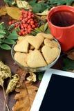 Καρδιές μπισκότων πιπεροριζών Ατμόσφαιρα φθινοπώρου σύγχρονη ταμπλέτα Στοκ Εικόνες