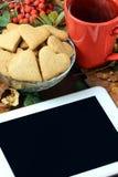 Καρδιές μπισκότων πιπεροριζών σύγχρονη ταμπλέτα Ατμόσφαιρα φθινοπώρου Στοκ Εικόνα