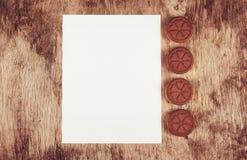 Καρδιές μπισκότων σοκολάτας και κενό φύλλο του εγγράφου για ένα παλαιό ξύλινο υπόβαθρο Ρομαντική έννοια Στοκ Εικόνες