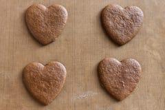 Καρδιές σοκολάτας στο υπόβαθρο Καρδιά σοκολάτας στο ξύλινο υπόβαθρο στοκ φωτογραφία με δικαίωμα ελεύθερης χρήσης