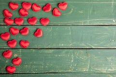 Καρδιές στην πράσινη ταπετσαρία στοκ φωτογραφίες
