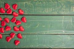 Καρδιές στην πράσινη ταπετσαρία στοκ εικόνες με δικαίωμα ελεύθερης χρήσης