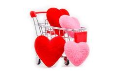 Καρδιές στο κάρρο αγορών που απομονώνεται στο άσπρο υπόβαθρο, ημέρα βαλεντίνων στοκ εικόνες