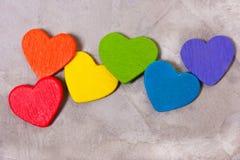 Καρδιές του χρώματος του ουράνιου τόξου σε ένα γκρίζο υπόβαθρο LGBT sy Στοκ Εικόνα