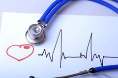 Καρδιογράφημα με το ιατρικό παλτό στηθοσκοπίων και γιατρών στον πίνακα Στοκ φωτογραφία με δικαίωμα ελεύθερης χρήσης