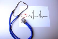 Καρδιογράφημα με το ιατρικό παλτό στηθοσκοπίων και γιατρών στον πίνακα Στοκ Φωτογραφία