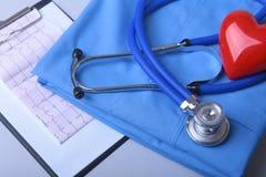 Καρδιογράφημα με το ιατρικό στηθοσκόπιο και κόκκινη καρδιά με το παλτό γιατρών στον πίνακα Στοκ φωτογραφίες με δικαίωμα ελεύθερης χρήσης