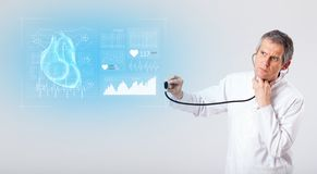 Καρδιολόγος που παρουσιάζει τα ερευνητικά αποτελέσματα στοκ φωτογραφίες με δικαίωμα ελεύθερης χρήσης