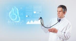 Καρδιολόγος που παρουσιάζει τα ερευνητικά αποτελέσματα στοκ εικόνες