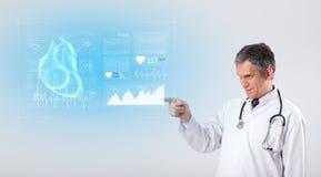 Καρδιολόγος που παρουσιάζει τα ερευνητικά αποτελέσματα στοκ εικόνα