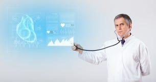 Καρδιολόγος που παρουσιάζει τα ερευνητικά αποτελέσματα στοκ φωτογραφία με δικαίωμα ελεύθερης χρήσης