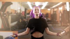 Καρδιο κατάλληλη κατάρτιση γυναικών γυμναστικής με το πηδώντας σχοινί φιλμ μικρού μήκους