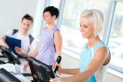 καρδιο treadmill ανθρώπων ικανότητας workout νεολαίες Στοκ φωτογραφία με δικαίωμα ελεύθερης χρήσης