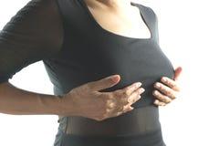 Καρκίνος του μαστού μόνος - έλεγχος Γυναίκα κινηματογραφήσεων σε πρώτο πλάνο με τον έλεγχο καρκίνου του μαστού Στοκ Εικόνα