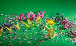 Καρναβάλι ή γιορτή γενεθλίων, κομφετί και serpentines στο βεραμάν υπόβαθρο στοκ εικόνα με δικαίωμα ελεύθερης χρήσης