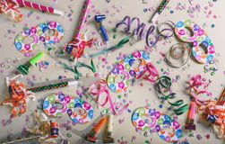Καρναβάλι ή γιορτή γενεθλίων Κομφετί και serpentines στο γκρίζο υπόβαθρο κρητιδογραφιών στοκ εικόνα με δικαίωμα ελεύθερης χρήσης
