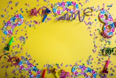 Καρναβάλι ή γιορτή γενεθλίων Κομφετί και serpentines στο φωτεινό κίτρινο υπόβαθρο στοκ εικόνες