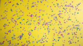 Καρναβάλι ή γιορτή γενεθλίων, κομφετί στο φωτεινό κίτρινο υπόβαθρο στοκ εικόνες με δικαίωμα ελεύθερης χρήσης