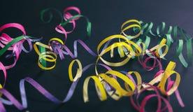Καρναβάλι ή γιορτή γενεθλίων, serpentines στο μαύρο υπόβαθρο στοκ εικόνες με δικαίωμα ελεύθερης χρήσης