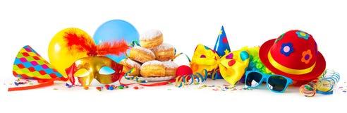 Καρναβάλι ή κόμμα με τα donuts, τα μπαλόνια, τις ταινίες και το κομφετί και το αστείο πρόσωπο απεικόνιση αποθεμάτων