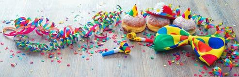 Καρναβάλι donuts με τις ταινίες εγγράφου και το δεσμό τόξων κομμάτων στοκ φωτογραφία με δικαίωμα ελεύθερης χρήσης