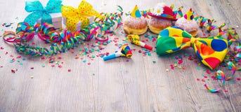 Καρναβάλι donuts με τις ταινίες εγγράφου και το δεσμό τόξων κομμάτων Στοκ Εικόνα