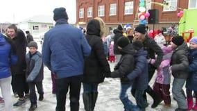 Καρναβάλι Μαζικοί εορτασμοί στο χωριό Staroutkinsk απόθεμα βίντεο