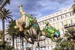 Καρναβάλι της Νίκαιας, μάχη λουλουδιών ` Αεροστατικός δράκος Στοκ Εικόνες