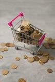 Καροτσάκι αγορών με τα νομίσματα Στοκ φωτογραφίες με δικαίωμα ελεύθερης χρήσης