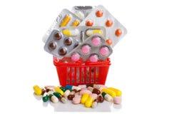 Καροτσάκι αγορών με τα χάπια και ιατρική που απομονώνεται στο λευκό Στοκ εικόνα με δικαίωμα ελεύθερης χρήσης