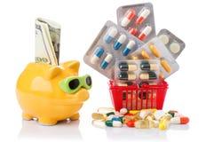 Καροτσάκι αγορών με τα χάπια και ιατρική που απομονώνεται στο λευκό Στοκ Φωτογραφίες