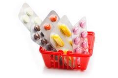 Καροτσάκι αγορών με τα χάπια και ιατρική που απομονώνεται στο λευκό Στοκ Εικόνες