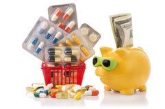 Καροτσάκι αγορών με τα χάπια και ιατρική που απομονώνεται στο λευκό Στοκ Εικόνα