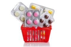 Καροτσάκι αγορών με τα χάπια και ιατρική στο λευκό Στοκ εικόνες με δικαίωμα ελεύθερης χρήσης
