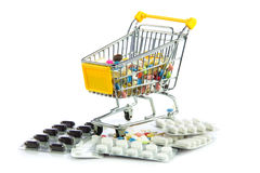 Καροτσάκι αγορών με τα χάπια που απομονώνονται στο άσπρο υπόβαθρο Στοκ Εικόνα