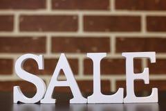 Καροτσάκι για τα προϊόντα σε μια νέα πώληση έτους ` s υποβάθρου τουβλότοιχος Στοκ Εικόνα