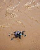 Καροτσάκι, μεταφορά μωρών στο λασπώδες νερό. στοκ εικόνες